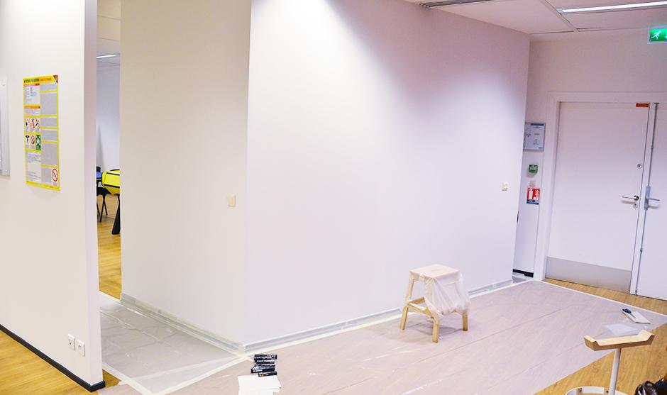 Les alentours du mur à peindre sont protégés
