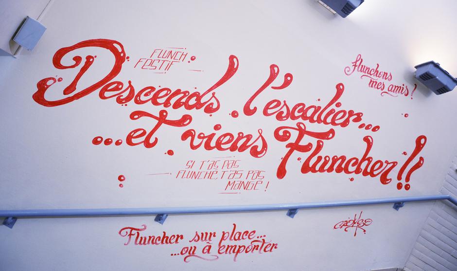 Mur typographique en rouge et blanc