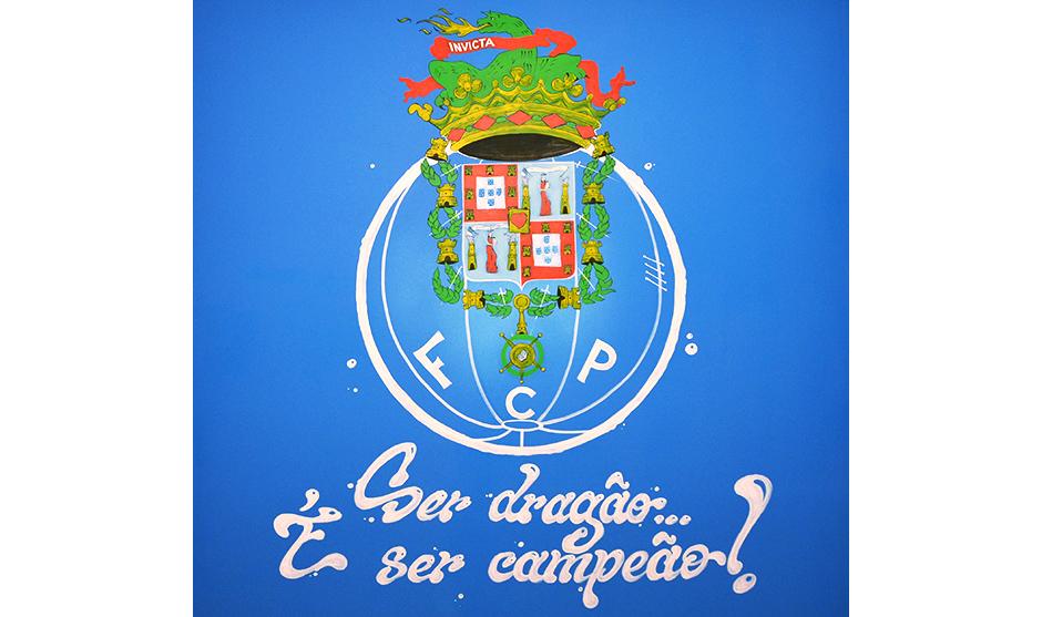 vues finale du logo du club de football sur le mur peint à la main