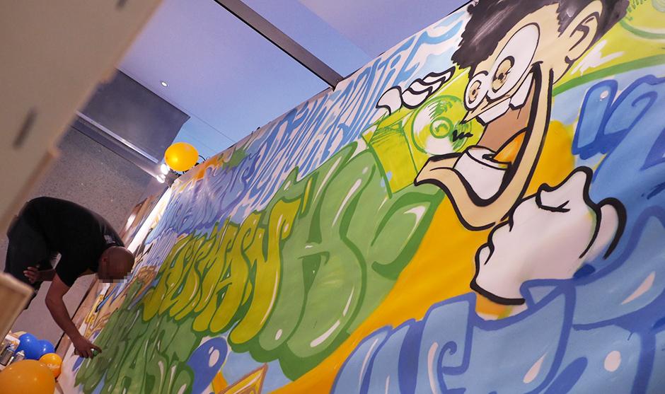 Fresque en direct de graffiti à l'occasion d'un salon étudiant.