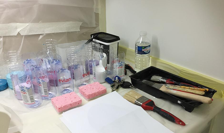 pinceaux, acrylique, éponges et bouteilles évian
