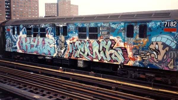 Wagon entièrement recouvert de graffitis