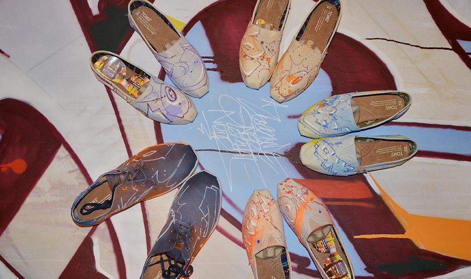 5 paires de chaussure ont été revues et corrigées par le graffeur pendant la soirée