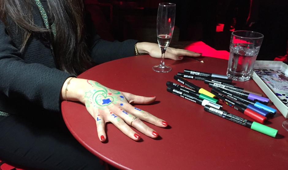 mains de femme posées sur une table pour être décorées