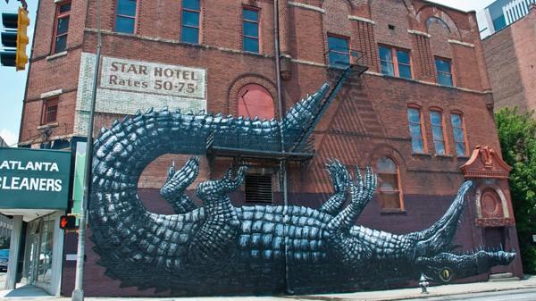 Représentation en pleine rue sur la façade d'un hotel