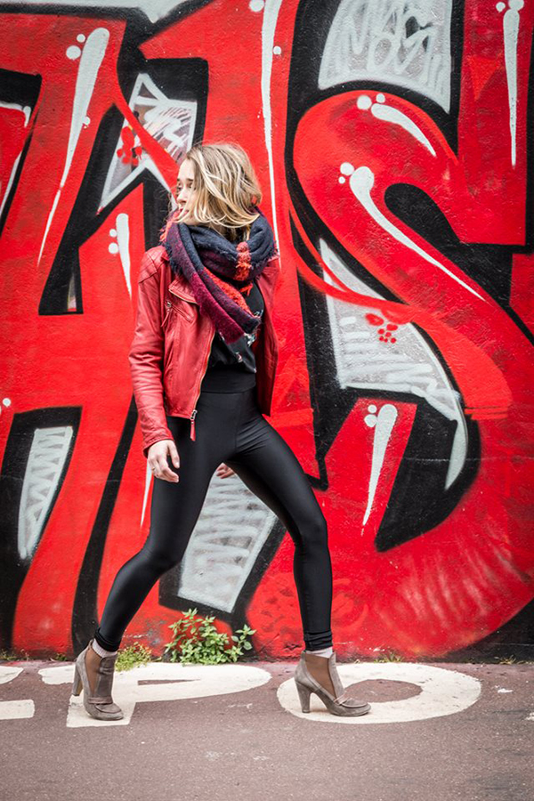 Jeune femme se retournant dans la rue