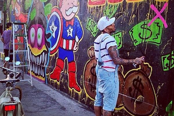 Chris Brown peignant un mur détournant le Monopoly