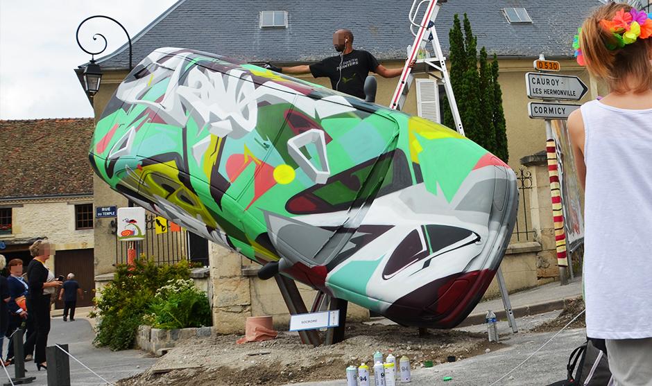 art graffiti performance spectaculaire automobile inclinée