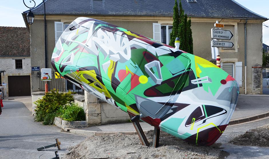 graffiti sur voiture, grapheur peint sur un véhicule.