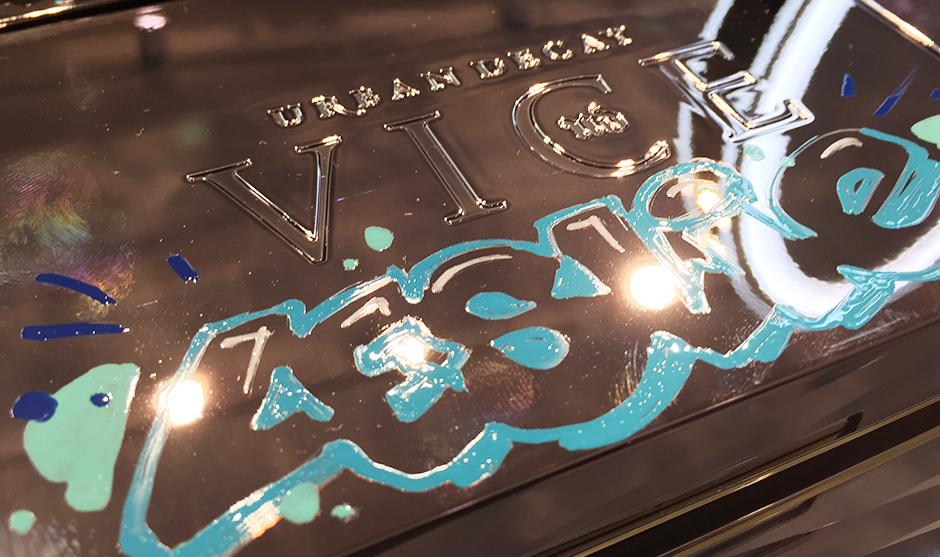 texture peinture, encre sur surface miroitée street art.