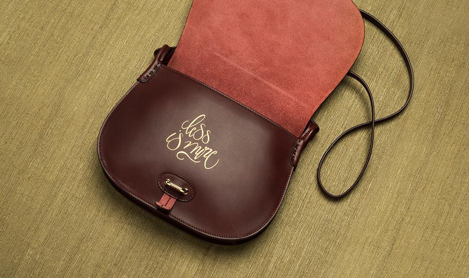 calligraphie couleur dorée sur la pièce de cuir.