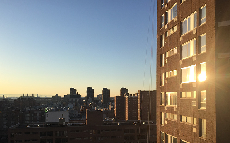 Levé de soleil sur East Harlem, New York USA