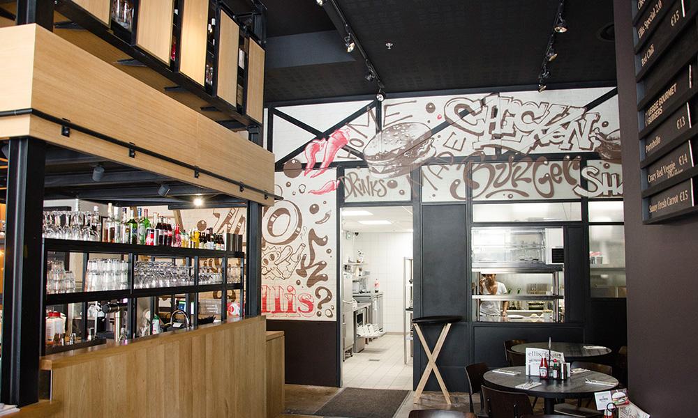 Intérieur du restaurant Ellis, situé juste en face de la station Tramway et RER Rosa Parks