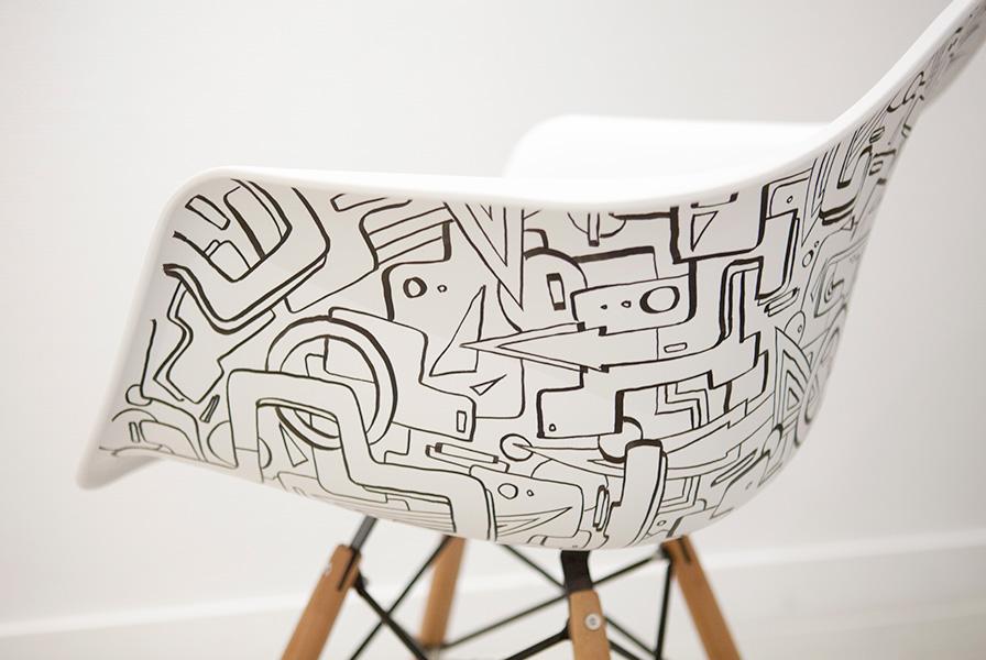 chaise recouverte de motifs graffiti géométrique