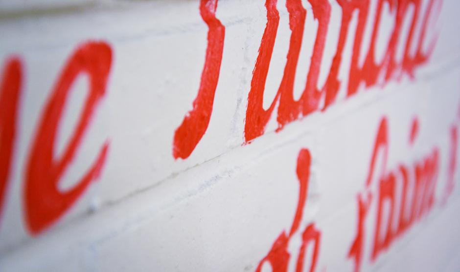 Peinture décorative de lettres au pinceau