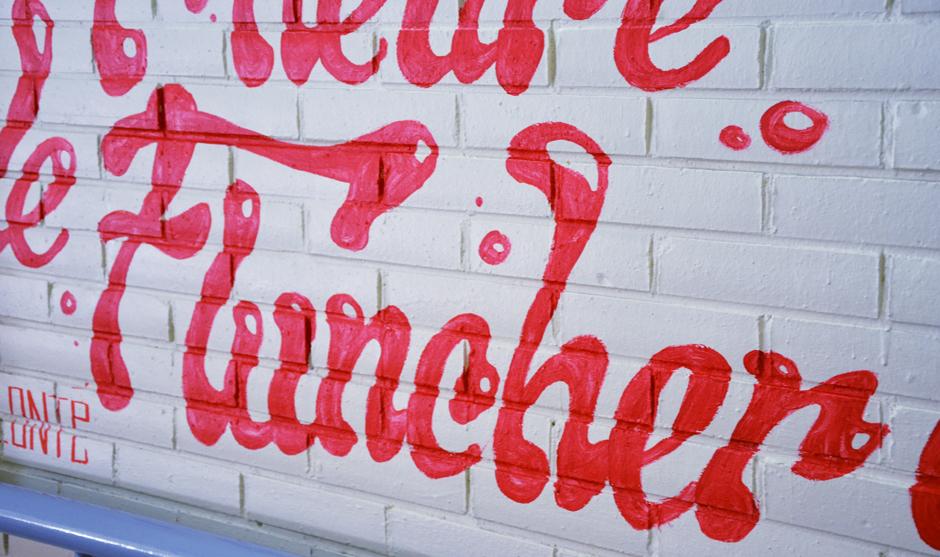 Lettres rondes et bulles sur les murs du Flunch