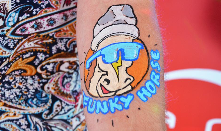 Animal délirant tatoué sur le bras