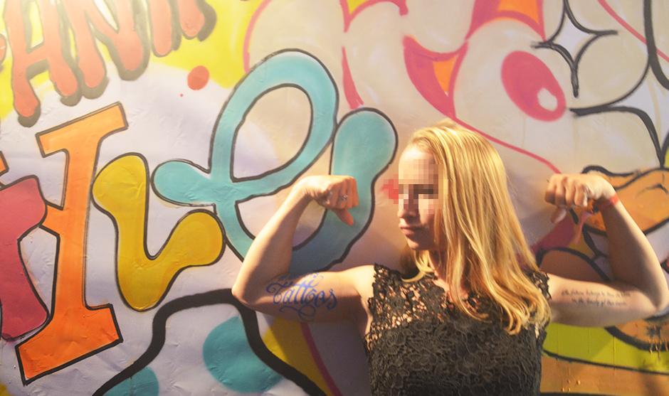 Jeune femme blonde avec un tatouage au posca