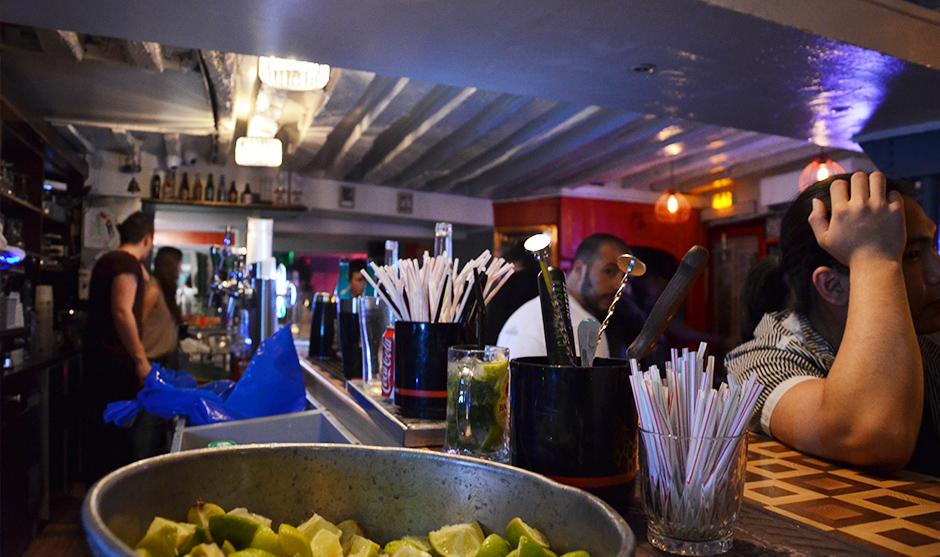 Cocktails et mojitos coulent à flots dans le bar