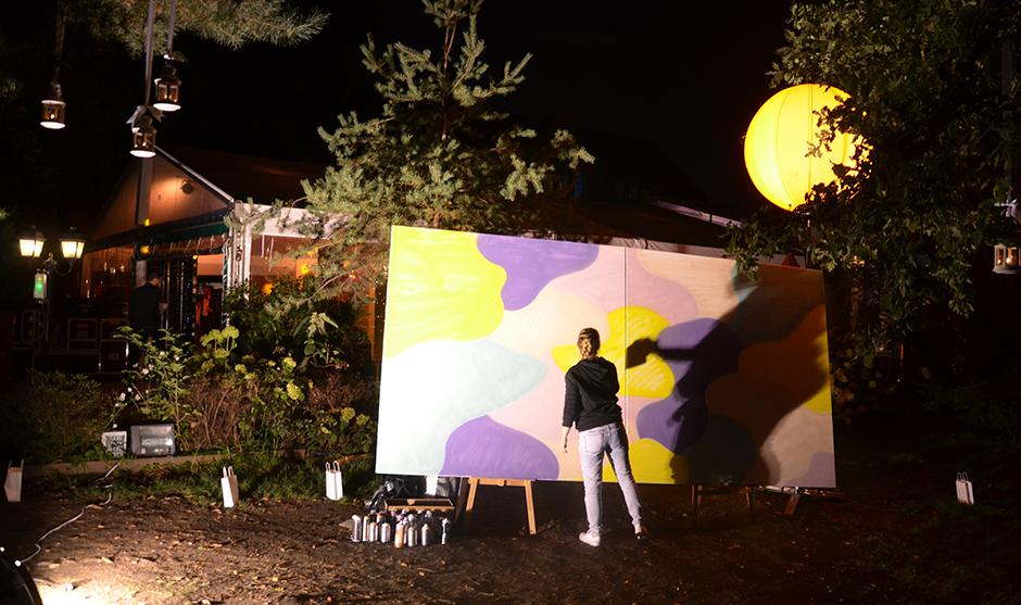 artiste femme, performance de peinture live