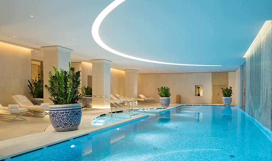 Vue de l'intérieur de la piscine du palace parisien