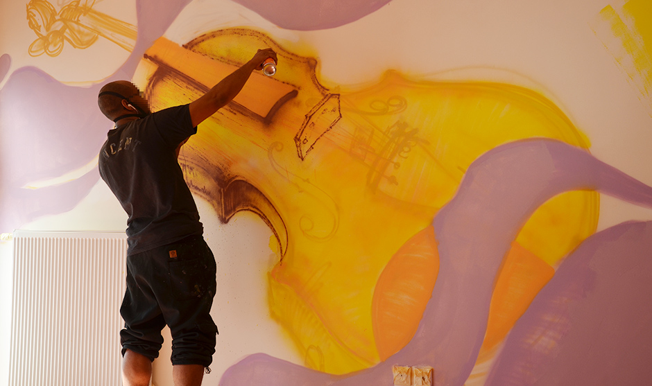 violon peint dans des couleurs vives et énergiques