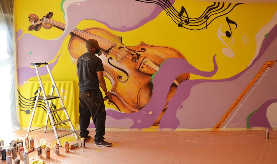 Graffeur réfléchissant devant la fresque