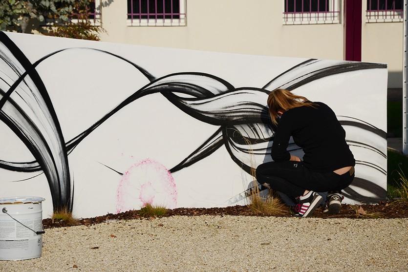 Des touches de pissenlis magentas permettent d'apporter des touches de dynamisme à l'ensemble de la fresque
