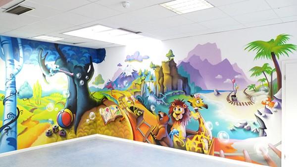 Vue de l'intérieur d'une salle de jeu, après le passage d'un graffeur décorateur.