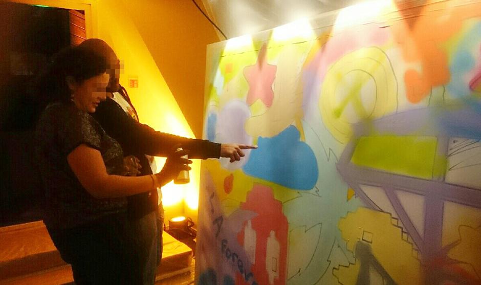femme de profil effectuant une pièce graffiti