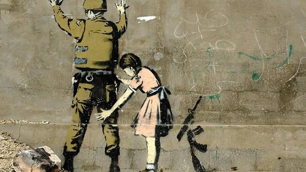 fouille de soldat par une fille