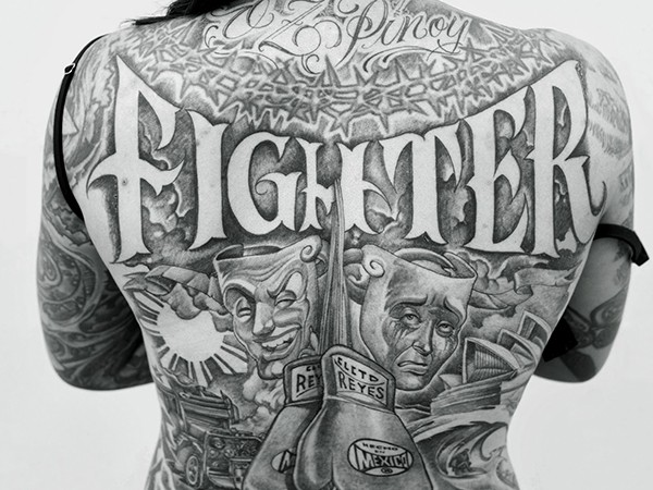 Une femme tatouée vue de dos