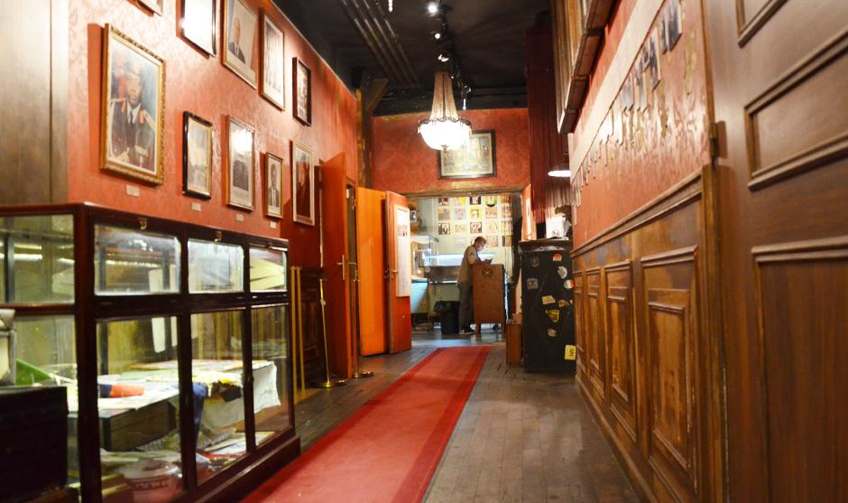 toiles, tableaux, boiseries ornant le couloir du lieu