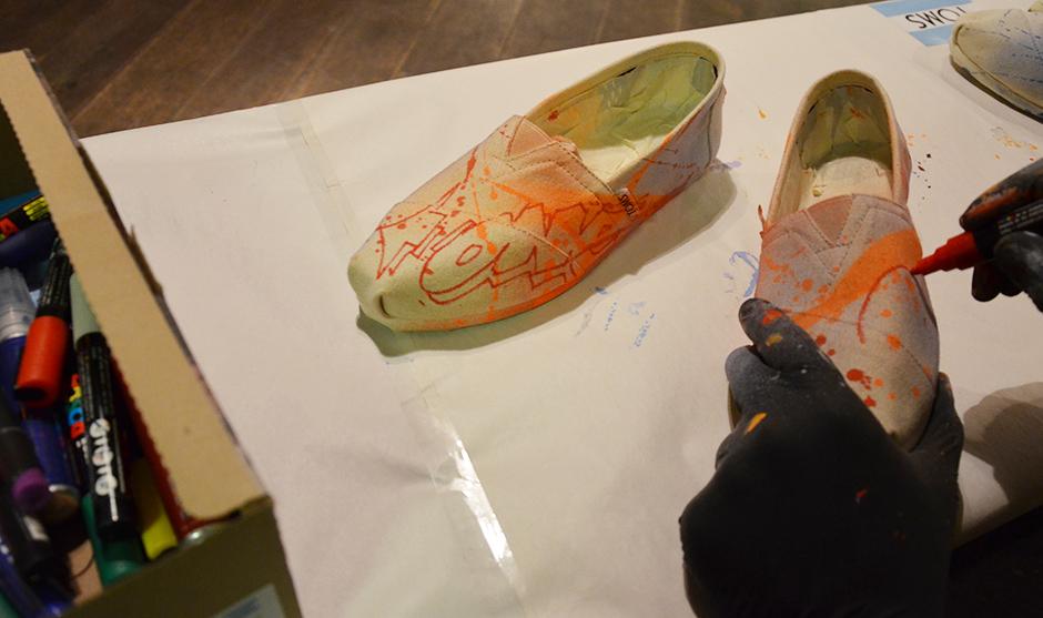 personnalisation de produits Toms de la main du graffeur