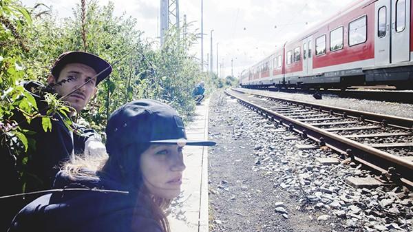 Graffiti artistes devant un train garé sur une voie