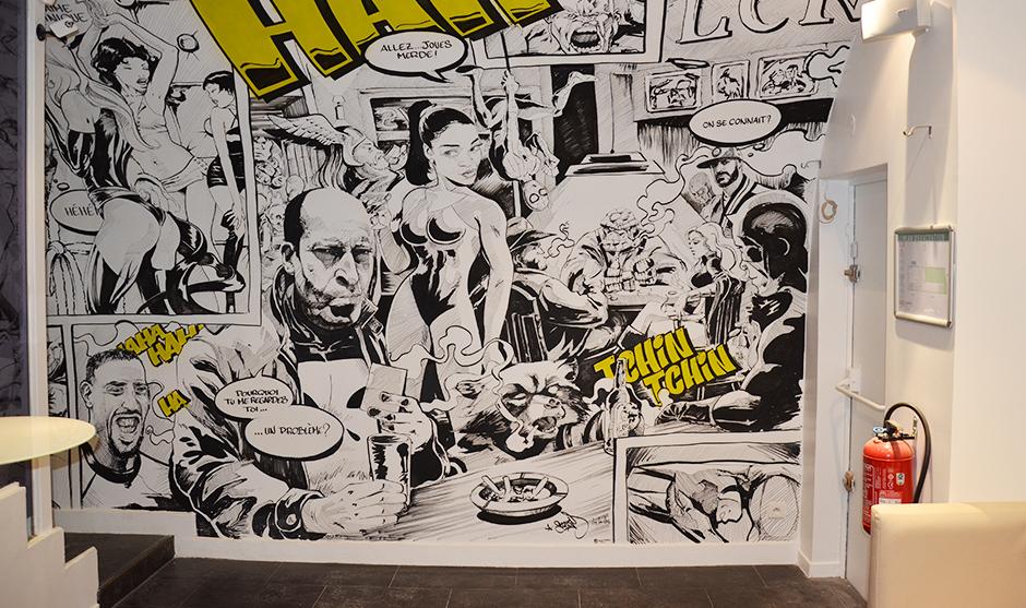 Déco originale d'un bar parisien, art, illustration, jeune, noir et blanc, touches de jaunes