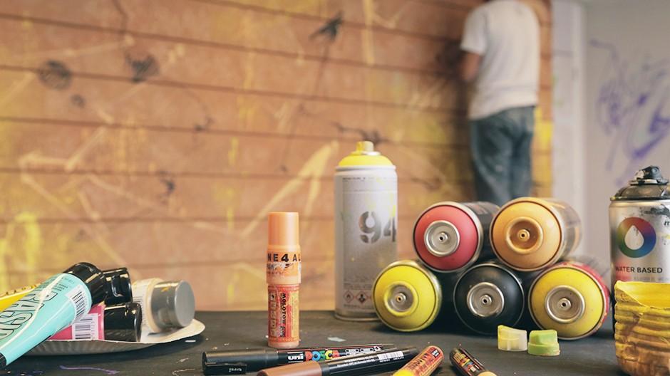 peinture acrylique, marqueurs molotow, bombes à base d'eau, montana water base et Poscas