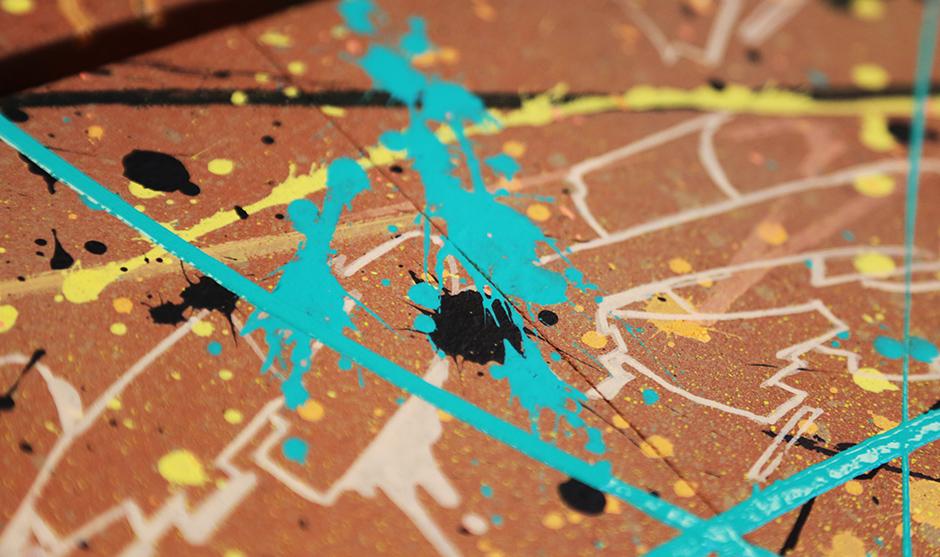 jet de peintures et acryliques sur des terres cuites de couleurs rouges.