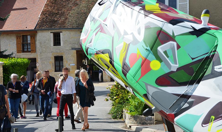 population, spectateurs visionnant les véhicules peints par les graffeurs