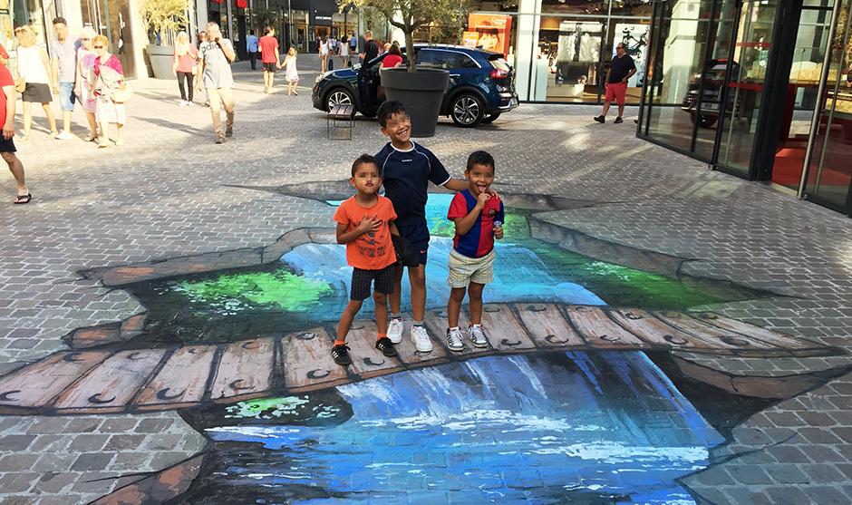 enfants posent sur la fresque en trompe l'oeil à Bourges