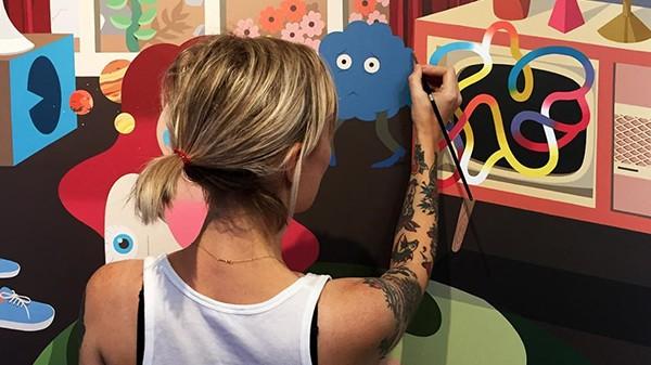 graffeuse, artiste contemporaine, street art, fresque murale pinceau