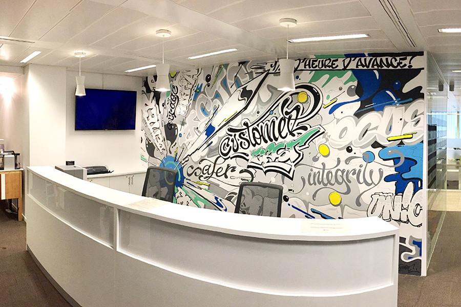 Fresque originale et moderne sur le mur d'entrée de l'entreprise