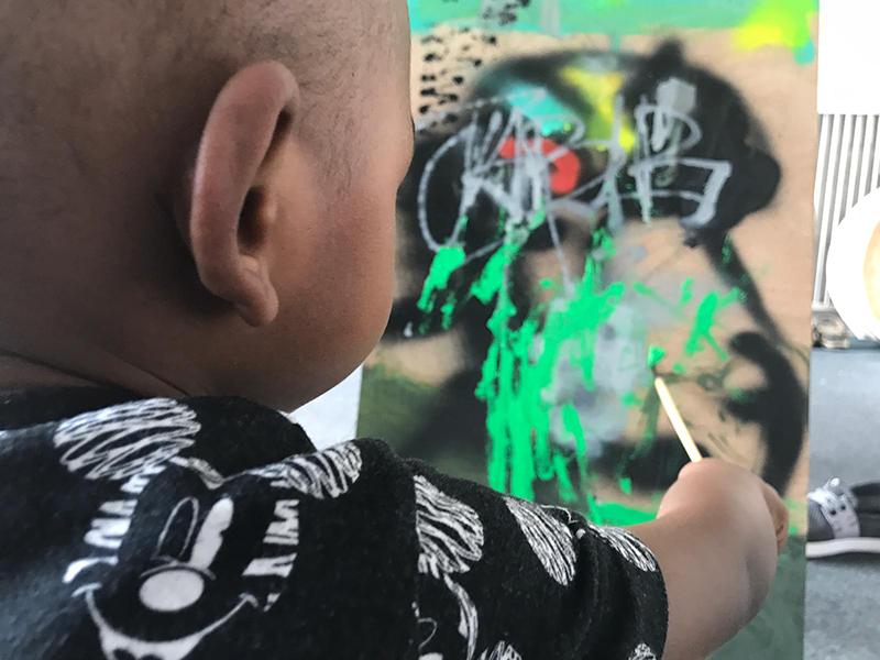 Bébé street artiste, graffeur, tagueur, peinture abstraite