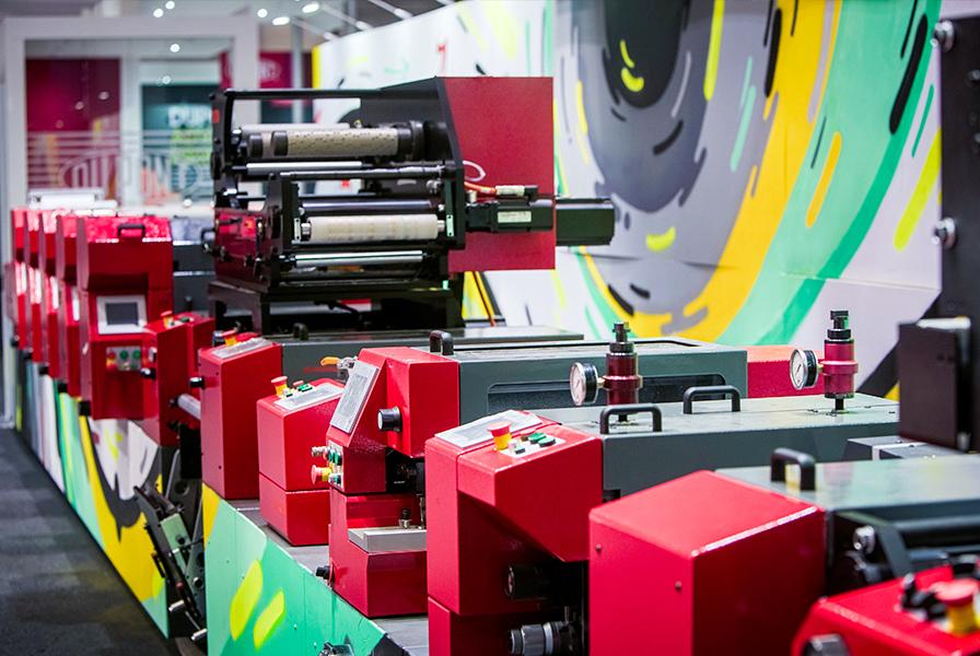 Explosion de couleurs sur la machine, aniflo, fresque évolutive, live Art, Codimag