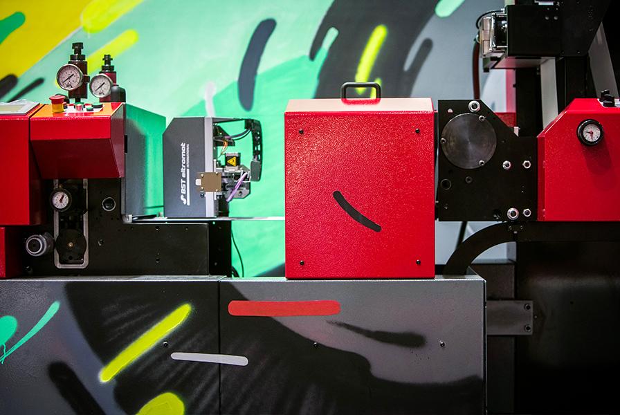 Graffiti sur une machine Aniflo, graff, street art, couleur, fresque, démonstration live