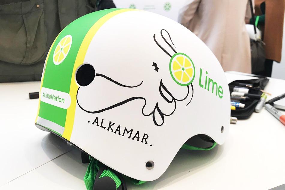 casque, trottinette, lime, sécurité, personnalisé, calligraphie, arabe