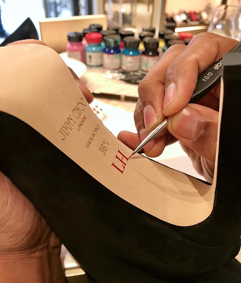 Personnalisation, luxe, art, initiale, Jimmy Choo, chaussure, sac, ceinture, semelles