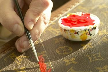 Peinture à la main sur une surface de cuir