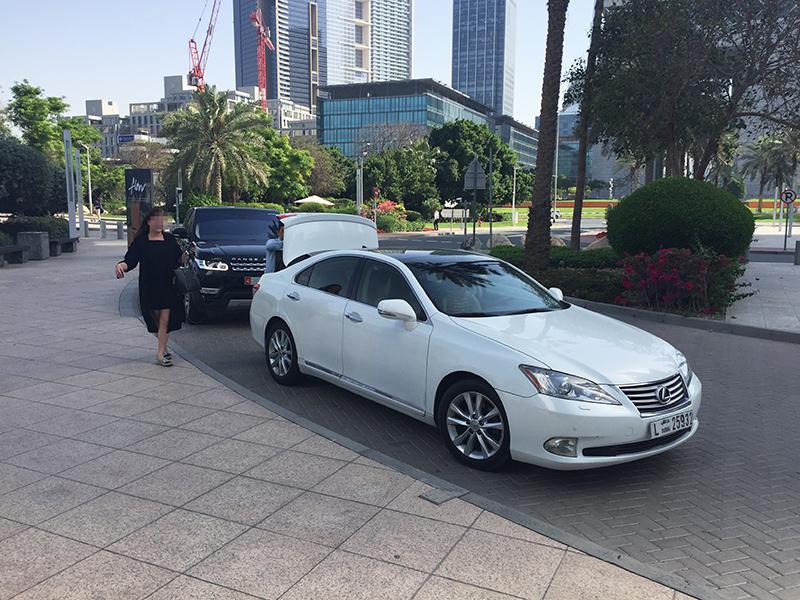 Voiture VTC, Dubai, chauffeur, Uber, blanche, Lexus, palmiers