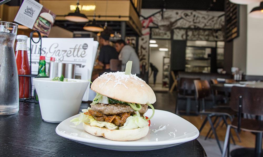 Burger de l'été saveurs grecque, servis exclusivement dans les restaurants Ellis Gourmet